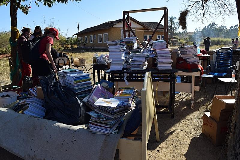 livros, cadeiras, escola eduardo campo galeão