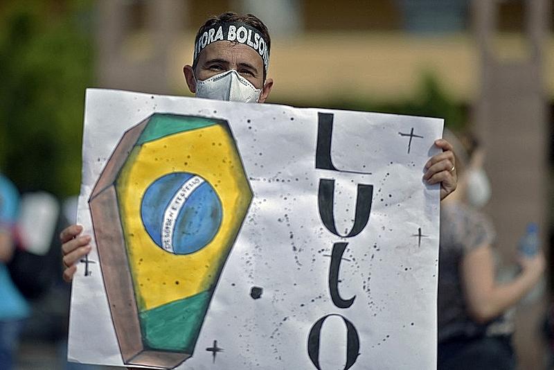"""""""No mundo real, Bolsonaro não está conseguindo salvar nem CPFs e nem CNPJs"""""""