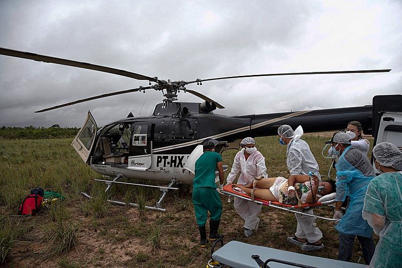 Mulher de 49 anos com covid-19 é transferida de helicóptero do município de Prainha do Itaituba, no Pará, no último domingo (21)