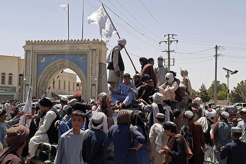 Apoiadores do Talibã comemoram tomada de Kandahar, segunda maior cidade do Afeganistão, na última sexta-feira (13)