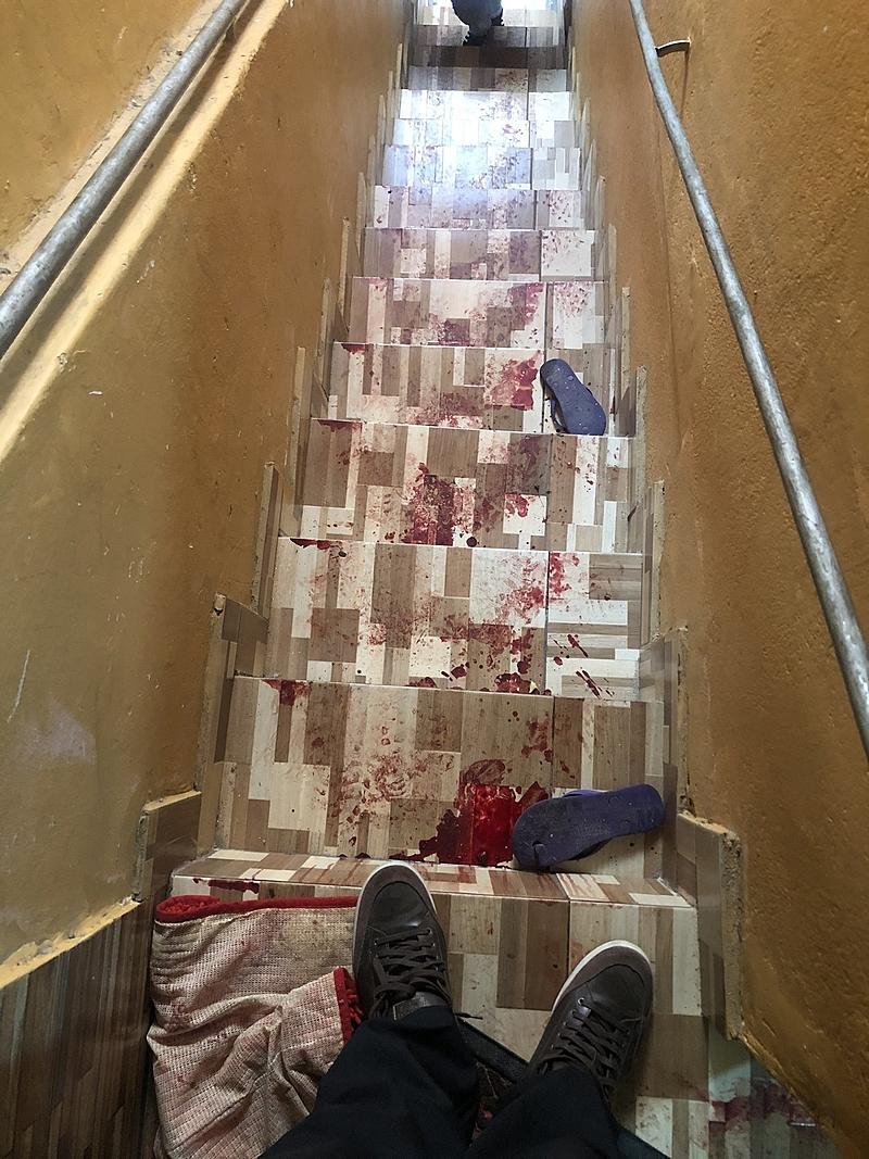 Sangue na escadaria de uma casa no Jacarezinho