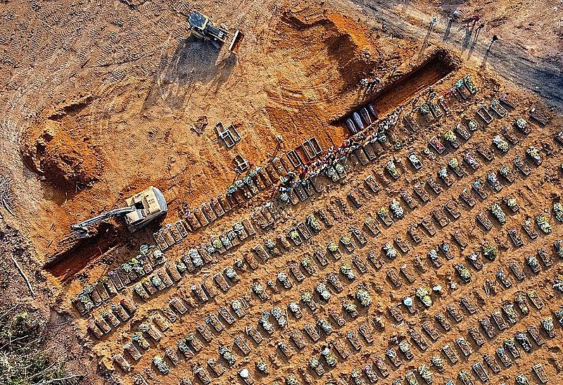 ABRIL | Valas coletivas em cemitério público de Manaus (AM) destinadas às vítimas da covid-19 chocam o mundo