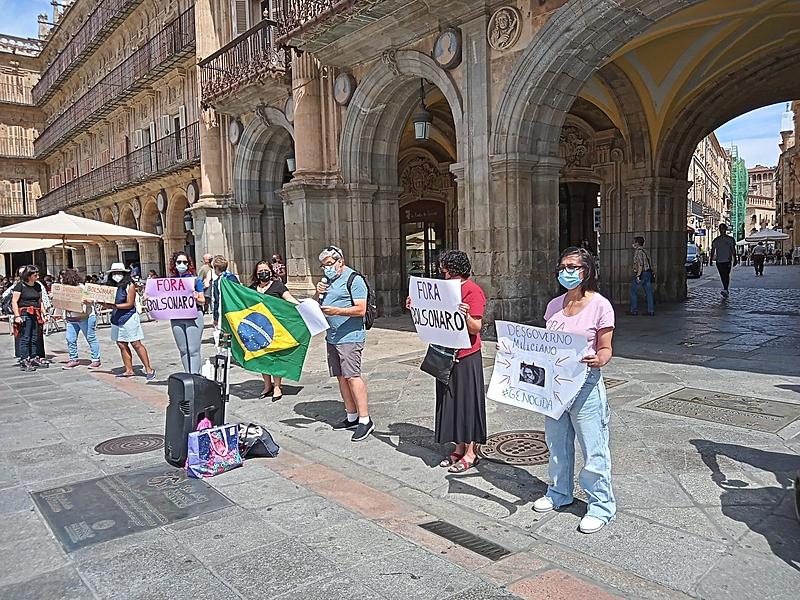 Em Salamanca, na Espanha, manifestantes expressam a indignação com denúncias de corrupção na compra de imunizantes