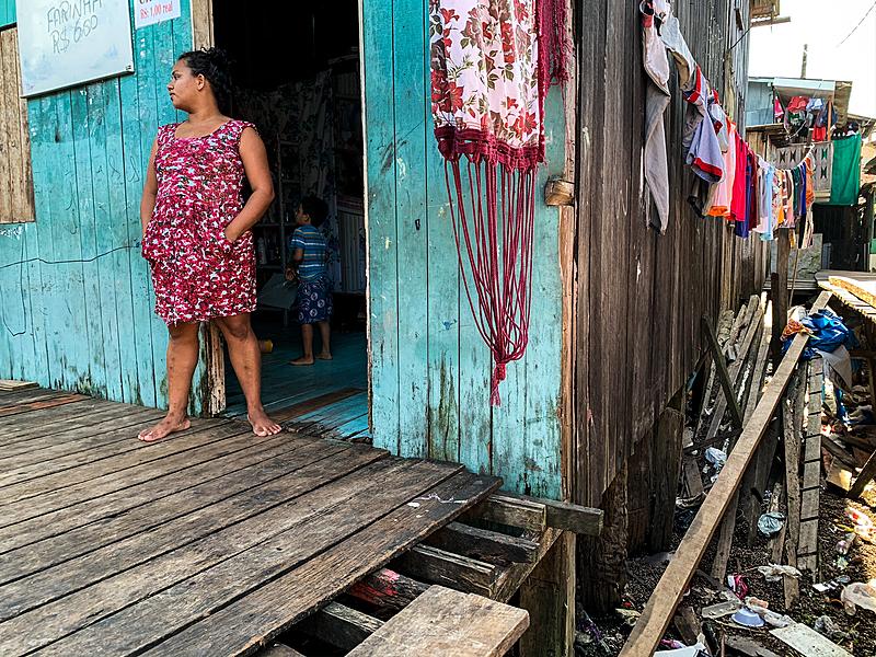 Rosana dos Santos, 24 anos, com o filho na porta da sua casa na Vila da Barca, em Belém, é uma das pessoas que se enquadram no projeto de renda mínima proposto pelo prefeito Edmilson Rodrigues (PSOL)