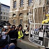 """Londres - Em protesto contra a possível extradição de Julian Assange, a estilista Vivienne Westwood  se caracterizou como um pássaro trancado numa gaiola. """"Isso pode acontecer a qualquer jornalista."""""""