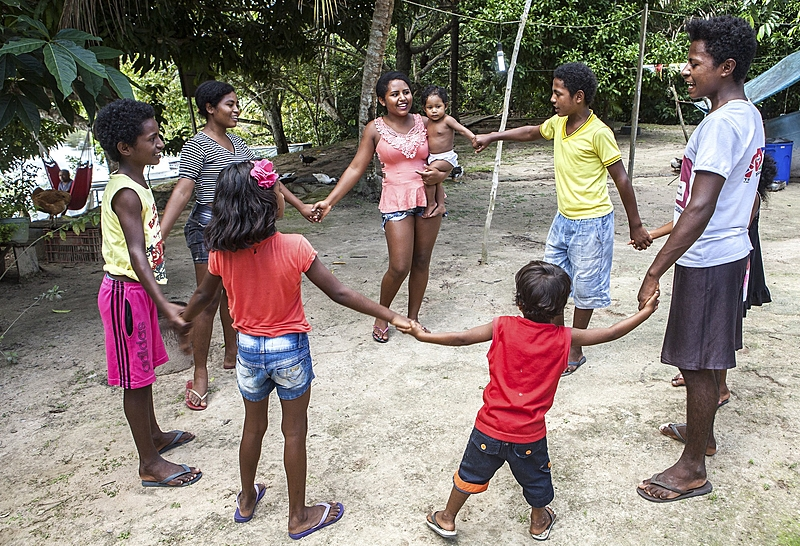 Crianças e jovens fazem brincadeira de roda na comunidade Rio Novo, na Reserva Extrativista do Rio Iriri (PA)