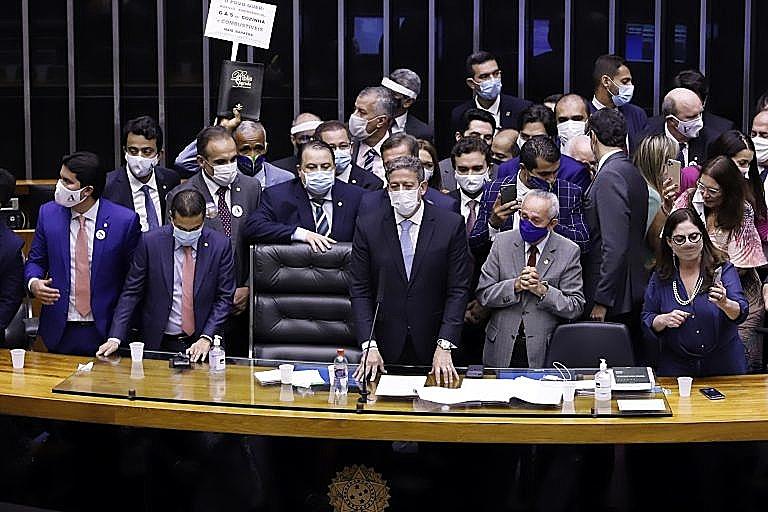 Lira durante discurso de posse como novo presidente da Câmara dos Deputados, em fevereiro, e sob críticas de opositores por conta das primeiras tomadas no mandato