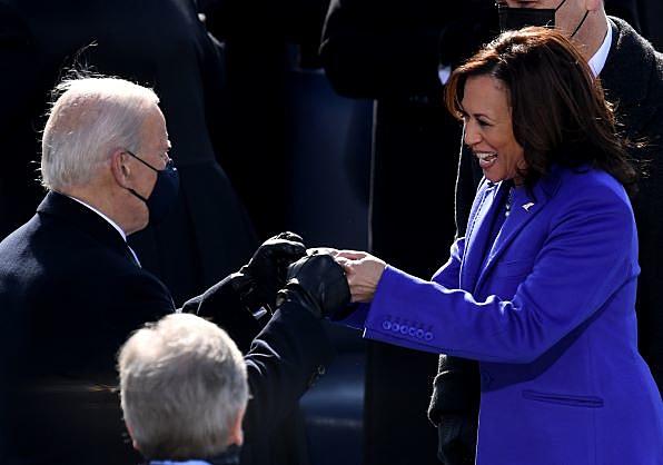 O presidente dos EUA, Joe Biden, e a vice Kamala Harris se cumprimentam batendo os pulsos durante a posse realizada nesta quarta-feira (20) no Capitólio, em Washington, DC