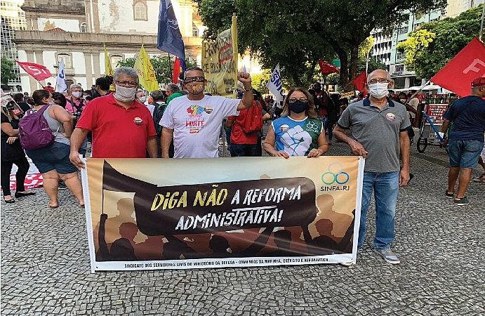 Trabalhadores durante protesto de rua contra a PEC 32 no Rio de Janeiro, em 2020