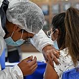 Meninas de 13 serão vacinadas na quarta e na quinta. Já os meninos da mesma idade receberão a primeira dose contra a covid-19 na sexta-feira