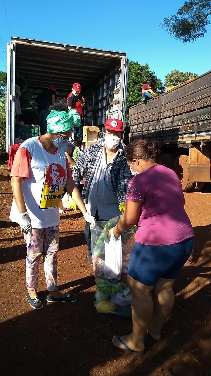 MST doa 300 cestas básicas a indígenas Guarani Kaiowá de Dourados, Mato Grosso do Sul